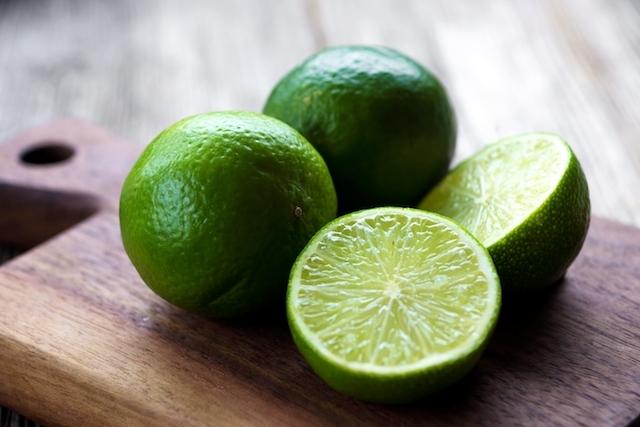 Para fazer a caipirinha perfeita, você pode usar o limão taiti