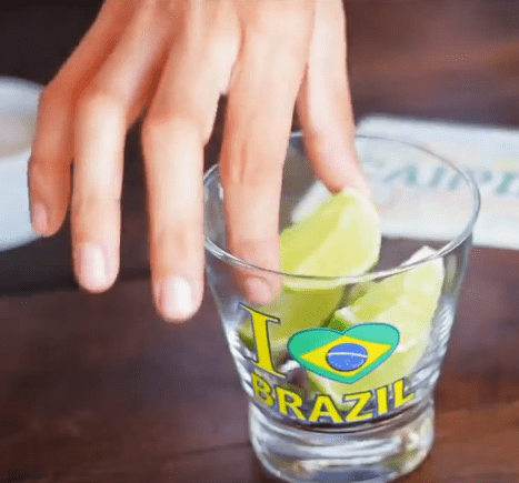 Caipirinha perfeita: corte os limões e retire o miolo