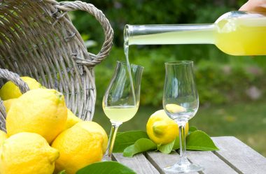 Como fazer licor de limão com cachaça em 3 minutos!