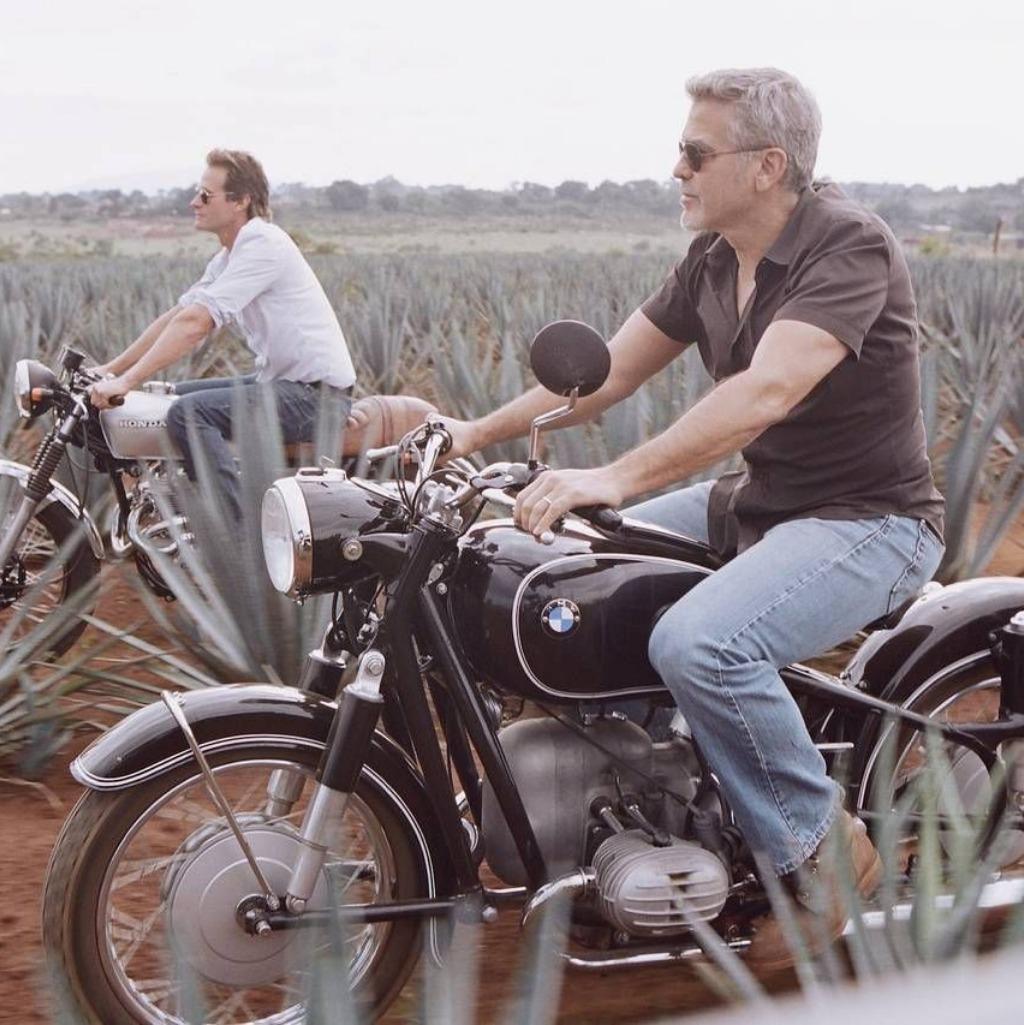 Foto: George Clooney passeia de moto na fazenda onde é produzida a sua Tequila.
