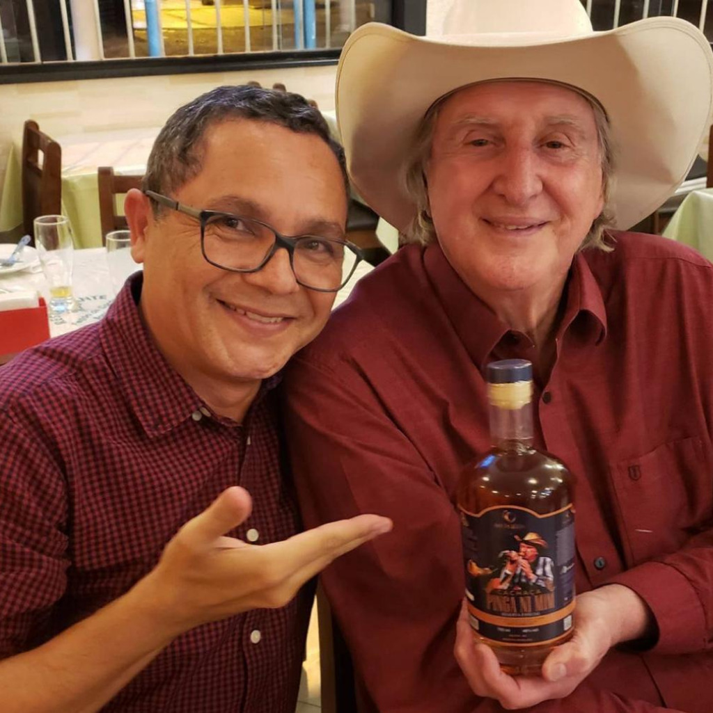 Cantor Sergio Reis cria a própria marca de bebida destilada. Veja o que ele fez