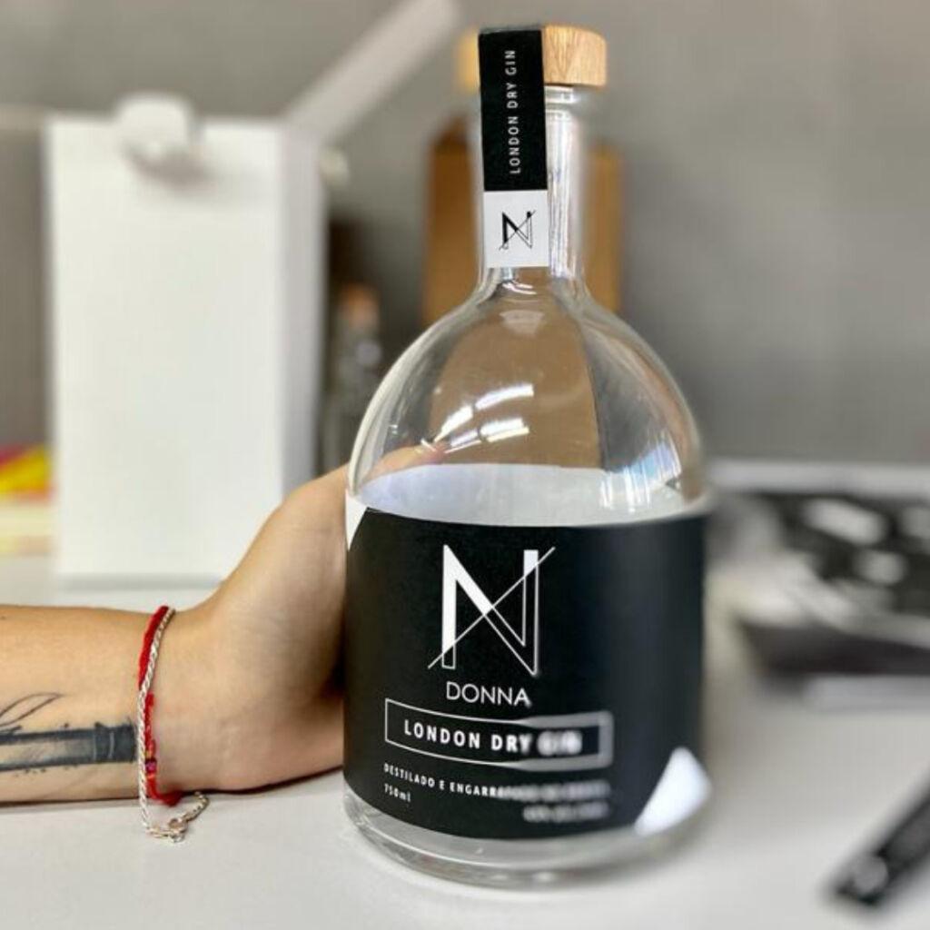 Como ser dono de uma marca de bebida destilada: empreendedoras apostam neste mercado